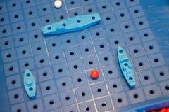 Batalha de mar do jogo de mesa da imagem com um campo de ação e figuras do plástico dos navios e marcas no campo de batalha Fotos de Stock