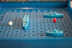 Batalha de mar do jogo de mesa da imagem com um campo de ação e figuras do plástico dos navios e marcas no campo de batalha Imagens de Stock