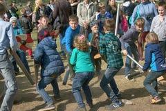 A batalha do jogo caçoa no festival de Viking, jogos das crianças Fotos de Stock