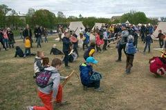 A batalha do jogo caçoa no festival de Viking, jogos das crianças Imagem de Stock Royalty Free