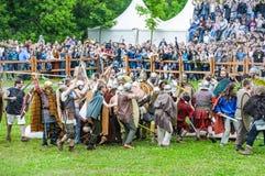 Batalha dos bárbaros com a infantaria clara romana Tempos e épocas do ` do festival foto de stock