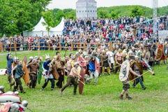 Batalha dos bárbaros com a infantaria clara romana Tempos e épocas do ` do festival imagem de stock royalty free