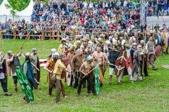 Batalha dos bárbaros com a infantaria clara romana Tempos e épocas do festival imagens de stock royalty free