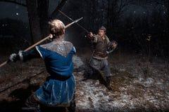 A batalha entre cavaleiros medievais ao estilo do jogo de Thro Imagens de Stock