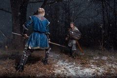 A batalha entre cavaleiros medievais ao estilo do jogo de Thro Imagens de Stock Royalty Free