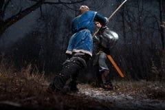 A batalha entre cavaleiros medievais ao estilo do jogo de Thro Fotos de Stock Royalty Free