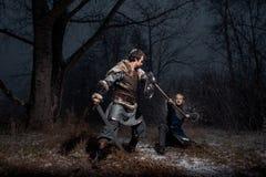 A batalha entre cavaleiros medievais ao estilo do jogo de Thro Imagem de Stock