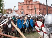 Batalha histórica demonstrativa nas armas antigas Reconstrução histórica da espada Fotografia de Stock