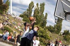 Batalha intensa do basquetebol da rua imagens de stock royalty free