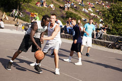 Batalha intensa do basquetebol da rua imagem de stock royalty free