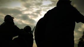 Batalha medieval Silhuetas dos guerreiros com espadas, machados, protetores vídeos de arquivo
