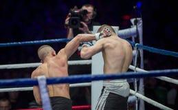 Batalistyczna MMA wojowników kopnięcia ręka przewodzić obraz stock
