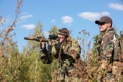 Bataljon op Openlucht op legeroefeningen oorlog, leger, technologie en mensenconcept royalty-vrije stock afbeeldingen
