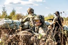 Bataljon op Openlucht op legeroefeningen oorlog, leger, technologie en mensenconcept stock foto