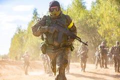 Bataljon op Openlucht op legeroefeningen oorlog, leger, technologie en mensenconcept royalty-vrije stock fotografie