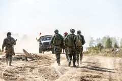 Bataljon op Openlucht op legeroefeningen oorlog, leger, technologie en mensenconcept royalty-vrije stock foto's