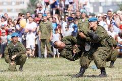 Batalla de la demostración durante la celebración de las fuerzas aerotransportadas Imagen de archivo libre de regalías
