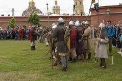 Batalla de los Vikingos Reconstrucción y festival históricos en las paredes de la fortaleza mA Foto de archivo