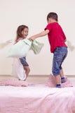 Batalla improvisada de los niños dentro Composición vertical de la imagen Imagen de archivo libre de regalías