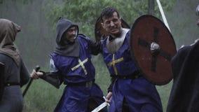 Batalla medieval en el bosque debajo de la lluvia en la c?mara lenta metrajes