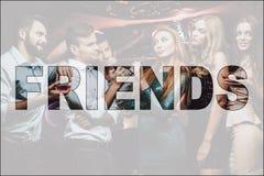 Batalla musical de los amigos del collage en club del Karaoke imagen de archivo