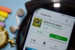 Batalla para el app del revelador de la galaxia con magnificar en la pantalla de Smartphone imagen de archivo libre de regalías