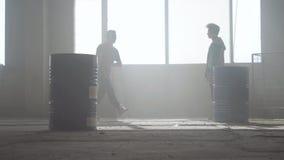 Batalla urbana de la danza de dos bailarines de la calle en un edificio abandonado cerca del barril Cultivo de hip-hop ensayo almacen de video