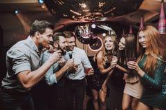 Batalla vocal Muchachas hermosas Club del Karaoke imagen de archivo libre de regalías