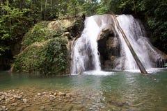 Batanta vattenfall i Raja Ampat, västra papua arkivfoto