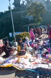 Batasialijn, Darjeeling, 2 Januari 2019: De winkeliers met hun kleine voorlopige boxen op de spoorlijnen, verpakken omhoog hun za stock fotografie
