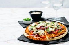 Batat pizzy skorupa z pomidorem, czerwoną cebulą i pieczarkami, Obraz Royalty Free