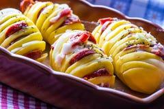 Batata Batatas dos assados Batatas dos assados do cozimento home Bandeja de cozimento completamente das batatas cozidas enchidas  Imagem de Stock Royalty Free