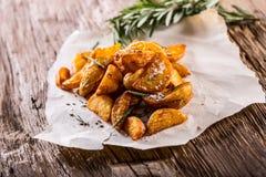 Batata Batatas Roasted Batatas americanas com alecrins e cominhos de sal A batata Roasted firma friável delicioso imagens de stock royalty free