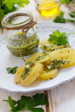 Batata com salsa verde Fotografia de Stock Royalty Free