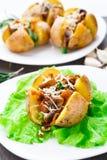 Batata cozida com bacon e cogumelos fotografia de stock royalty free