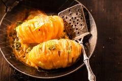 Batata cozida com cebola e queijo imagens de stock royalty free