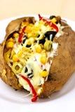 Batata cozida do kumpir enchida com queijo, salsicha, azeitonas, pimenta fotos de stock