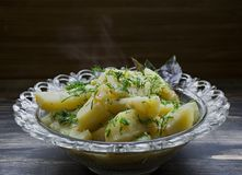 Batata cozido com vegetais e ervas Almoço saboroso e nutritivo imagem de stock