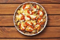 Batata cozinhada com carne, tomate, queijo e maionese imagem de stock