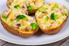 Batata da sopa de peixe dos brócolis, do queijo e do cogumelo Imagens de Stock