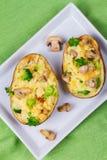 Batata da sopa de peixe dos brócolis, do queijo e do cogumelo Vista de cima de, tiro superior do estúdio Fotografia de Stock