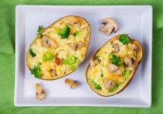 Batata da sopa de peixe dos brócolis, do queijo e do cogumelo Vista de cima de, tiro superior do estúdio Fotos de Stock