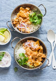 Batata do vegetariano e caril da couve-flor com arroz em pratos do caril em um fundo azul, vista superior Conceito saudável do al imagens de stock