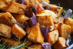 A batata doce cozeu com cebolas vermelhas e alecrins Fotografia de Stock Royalty Free