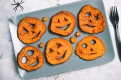 Batata doce Roasted que cinzela as caras engraçadas, símbolo de Dia das Bruxas, alimento criativo fotos de stock royalty free