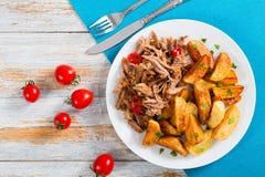 Batata e parcela fritadas de carne lento-cozinhada puxada imagem de stock royalty free