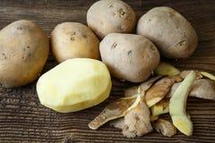 Batata e pilha descascadas das batatas foto de stock royalty free