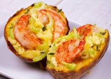 Batata enchida com camarões, aipo, queijo e tomilho Fotografia de Stock