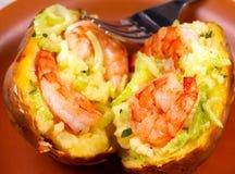 Batata enchida com camarões, aipo, queijo e tomilho Imagens de Stock Royalty Free