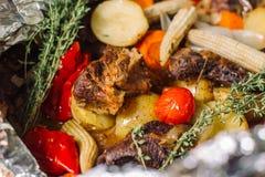 Batata fritada com ervas, alecrins, milho pequeno cobs-2 imagens de stock
